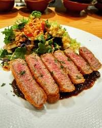 ボリュームたっぷりのお肉料理がお楽しみいただけます。
