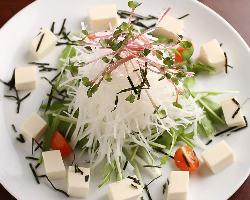 サイコロ状の豆腐をお洒落に盛りつけたサラダ
