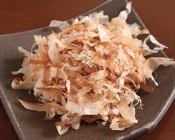 じっくり燻して味と香りを引き出した古式製法「手火山節」を使用