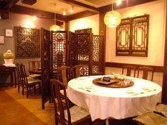 中国骨董品がならぶ店内。落ち着いた雰囲気。