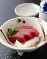 選び抜かれた本マグロは寿司やお刺身で。お酒との相性も抜群。