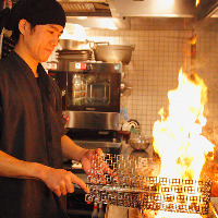 鶏油と一緒に炎を上げながら 一気に焼き上げます!