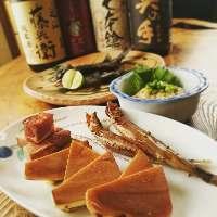 日本酒に合うアテが勢揃い。自家製の一夜干しや燻製などなど。