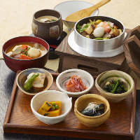 【ランチ】里山釜飯に日替わり小鉢5種盛り、具沢山味噌汁、ほか