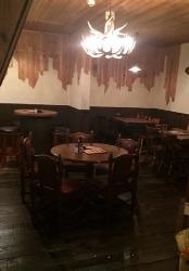 奥のテーブル席、鹿角のシャンデリアが良い雰囲気です