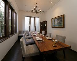 アンティーク家具を備えたシックな個室はお顔合わせなどにも好適