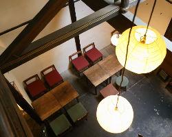 懐かしさが漂う店内 高い天井と梁が開放的