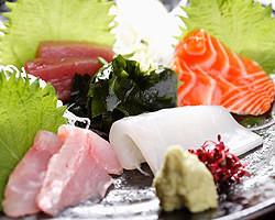 【名物】毎日市場から仕入れる魚は、おでんに並ぶ人気モノ