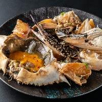 新鮮な渡り蟹を自家製だし醤油に漬け込んだ韓国でも人気の一品。