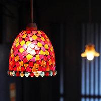 レトロでかわいい照明が、店内を優しく照らします