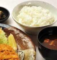 炊きたてご飯、お味噌汁はおかわり自由です。