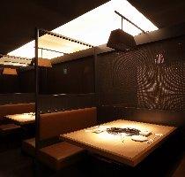 2~4名様専用テーブル席。落ち着いた優雅な空間で最高の牛肉を。
