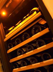 さまざまな銘柄のワインが眠る大型セラー。