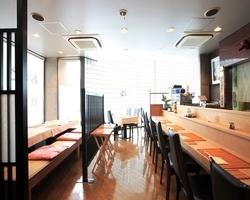 2階はカウンター席・テーブル席・ 掘りごたつ席がございます