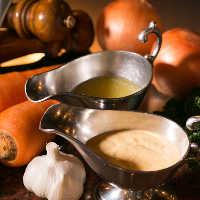 お肉の味を引き立てる自家製のソースは2種類ご用意しております