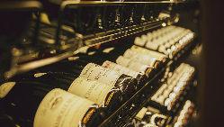 壁一面のワイナリー。世界各国のワインとのマリアージュをぜひ