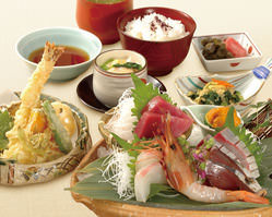 お昼にぜいたくランチが大人気です!写真はお造り御膳【松】!