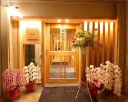 ホテル花小路の1Fに当店はございます。
