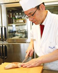 ベテランの職人が繰り広げる ふぐ料理の数々を美味堪能。