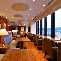 ホテル最上階の贅沢空間。眺望を目前にお食事が楽しめます。