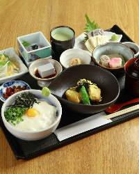 お昼は各種御膳を、 夜は各種コースをご用意。