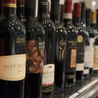 ワインボトルは1600円より28種以上と豊富。