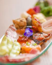 《オードブル》 ウニやキャヴィアなどが、豪華にお皿を彩ります