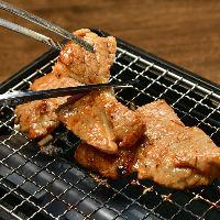 厚切り牛タンや豚カルビを網焼きで。ベストな焼き加減教えます