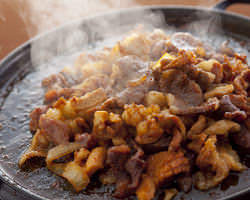鉄板で豪快に焼いて食べるスタイルの焼肉です