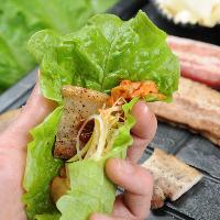 包み野菜にお味噌をのせ、 お肉とトッピングでクルクルっと♪