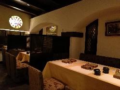 お話も弾むモダンなテーブル席、 当店の料理の珍しさも話題に。