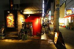 三宮の裏路地、隠れ家的バル ~真っ赤な壁と三角窓が目印~