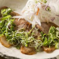 芳寿豚の炙りネギチャーシューは、ビールがドンドン進むメニュー