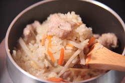 飛鳥特製の出汁で作る自慢の鶏釜飯