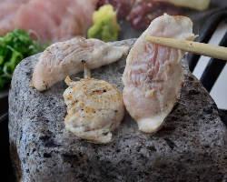 播州百日鶏は肉質は繊維質が 細やかで口当たりがよいのが特徴