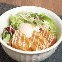 お味噌汁、小鉢、ドリンクがついた丼も人気の商品です!