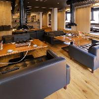 焼肉店では少し珍しい、座り心地のいい広々ソファー席!