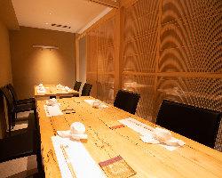 8名様での会食が可能な半個室席