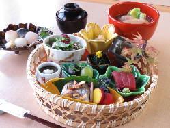 加賀料理に京の四季を融合。季節を彩る会席をお楽しみください。