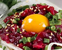 <馬肉料理> 産地直送の新鮮な馬肉を使った、桜ユッケが人気!