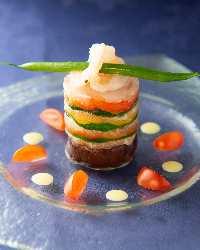一番人気の、海の幸と色鮮やかな野菜のミルフィーユガトー仕立て