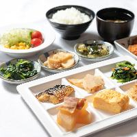 白米や焼き魚など、和食も充実。素朴な味わいにほっこり♪