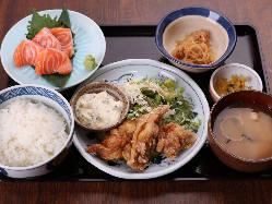 【魚定食】人気No.1 サーモン造りとチキン南蛮定食 990円