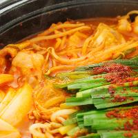 新鮮ホルモンを新鮮野菜を 特製スープで煮込む人気のお鍋