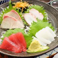 「刺身盛り合わせ」 その日仕入れた鮮魚の刺身をご提供。