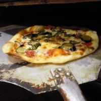 イタリア直輸入のパルマ産生ハム、石釜で焼くピッツァが自慢!