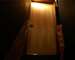 重厚感のある扉の中はいつもの時間を忘れる空間です。