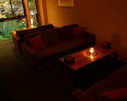 窓際は春には桜夏には緑。ソファー席は軽い二次会や仲間飲みに