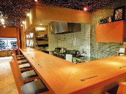 調理する料理の目前に楽しめる1階カウンター席