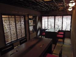 10名から貸しきれる2階テーブル席(個室)